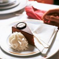 Sachertorte - Sachertorte er den berømte kaka fra Wien. Den opprinnelige oppskriften er låst inn i en safe og er hemmelig. Men, her har du en fin og enkel variant!