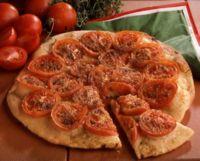 Pizza med tomat og basilikum -