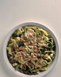 Tagliatelle med skinke- og ostesaus - Denne pastaen lages med en god ostesaus.