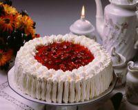 Bløtkake med bær og gelélokk -