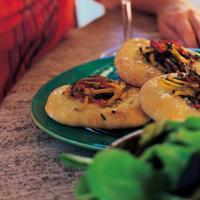 Focaccia med chili - Focaccia er et flatt, rundt brød som spises over hele Italia. Focaccia kommer i mange fasonger og smaker, f.eks. med vindruer, tomat, valnøtter eller ansjos. Denne varianten er laget med løk, paprika, krydder og havsalt.