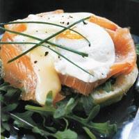 Posjerte egg med røkelaks og hollandaise -