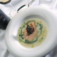 Lettrøkt ørret med potet- og purreløksuppe, fritert skinke, persille og kapers - En lekker suppe med selvrøkt ørret og garnityr av frityrstekt skinke og persille.