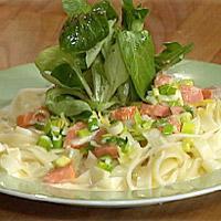 Pasta med røkt ørret og vårløk i sitronsaus -