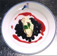 Blåbær i kamferdropsgelé med krokankrem og bringebærpuré -