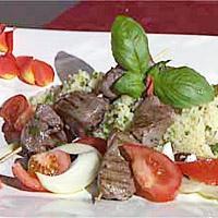 Grillspyd med marinert lammekjøtt servert med bulgursalat -