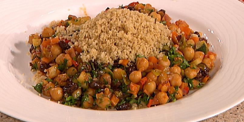"""Vegetargryte med couscous - Lun gryte med kikerter, masse grønt, rosiner og """"varme"""" krydder."""