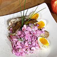 Peppermakrell med eple og rødbetsalat og smilende egg -