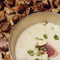 Hvitløksuppe med ristede kastanjer og grillet tunfisk -