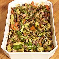 Gryte med svin, grønnsaker og urtedressing -