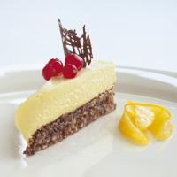 Kake med hvit sjokolademousse - Enkel kake med mandelbunn og som er rask å lage. Den kan også fryses og serveres som iskake.