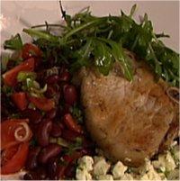 Salviekoteletter med fetaost og rød bønnesalat -