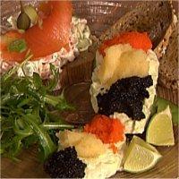 Smørbrød med varmrøkt ørretsalat og avokado med rogn -