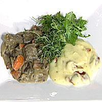Levergryte med timian servert med salat og potetmos med hvitløk og soltørkede tomater -
