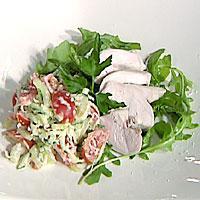 Lettsaltet kyllingbryst med stangselleri- og pepperrotsalat -