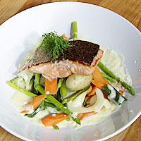Stekt laks med vårgrønnsaker og hvitvinsaus -
