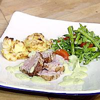 Stekt kalvefilet med aspargessaus, mandelgratinerte potetboller og en vårlig salat -