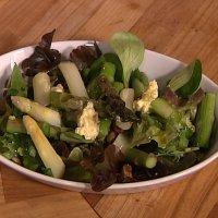 Aspargessalat med lime- og hasselnøttsmør -