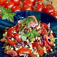 Tomatsalat med bønner og oliven -