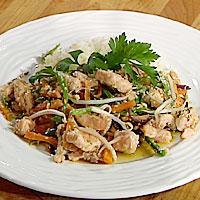 Marinert ishavsrøye med grønnsaker i wok -