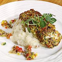 Stekt grønnsakpanert seifilet servert med potetmos -