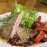 Sesamstekt tunfisk med rødløk, tomat og appelsin- og ingefærsjy -