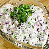 Rømme- og hvitløksild med rødløk -