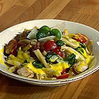 Varm kylling- og pastasalat med safransaus -
