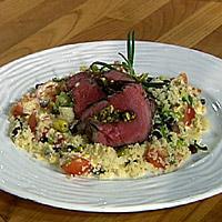 Pistasje- og daddelfylt filet med grønnsakcouscous og kryddersaus -