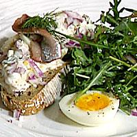 Grovt smørbrød med egg- og ansjossalat -