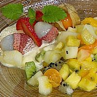 Tropisk fruktsalat med råkrem -