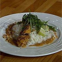 Marinert kylling- og svinefilet servert med peanøttsaus -