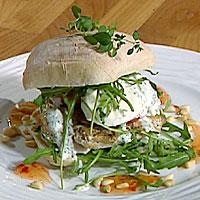 Ciabatta med kyllingfilet, tomat og mozzarella og hvitløkdressing -