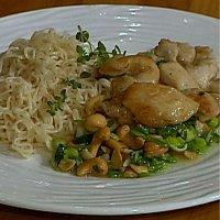 Kylling marinert i sesamolje servert med cashewnøtter og vårløk -