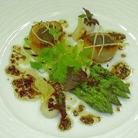 Kamskjell med grønne asparges, blomkålkrem, sprøtt bacon og trøffelsjy -
