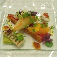 Sitrusgrillet tunfisk med posjerte vaktelegg, avocadoterrin, frisk salat og chorizovinaigrette -
