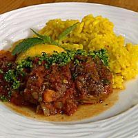 Lammeskiver i tomatsaus servert med gremolata og risotto -