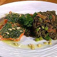 Urtebakt ørret servert med linser og tomater -