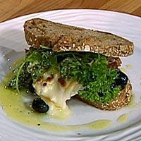 Sandwich med salami, ost og pesto -