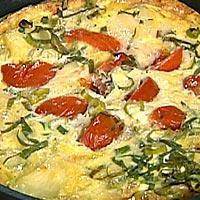 Potet- og eggekake servert med salat og spekeskinke -