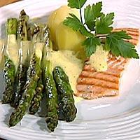 Grillet laks med asparges og sennepsmousseline -