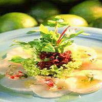 Rå marinerte kamskjell med urtesalat -