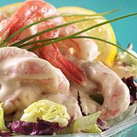 Tradisjonell rekecocktail - Rekecocktail er en tradisjonell engelsk måte å bruke reker på. Det er alltid en rosa saus, reker og sprø salat blant ingrediensene. Variasjonene ligger i tillegg av grønnsaker og smakstilsetting på sausen.