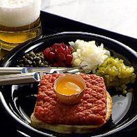Biff tartar - Gjesten blander og krydrer sin tartar med salt og pepper og garnityret etter eget ønske.