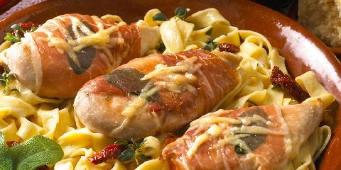 Kyllingfilet med parmaskinke, parmesan og salvie - Her er en deilig oppskrift med kyllingbryst. Den fungerer veldig fint når du skal lage den til mange.