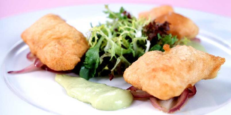 Ishavsrøye tempura - Frityrstekt fisk sammen med avokadokrem og lun rødløk.