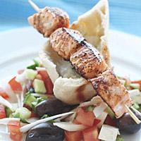 Laks souvlaki med gresk salat - Gresk salat med norsk laks. Det beste av to verdener.