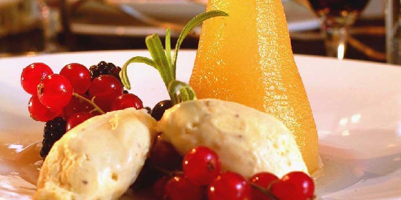 Krydderkokte pærer med friske bær og is -