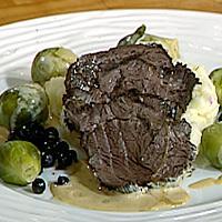 Marinert bjørnesteik i gryte servert med mandelpoteter, rosenkål og karamelisert bringebærsaus -
