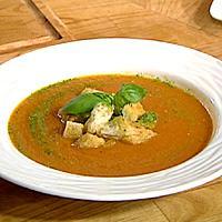 Tomatsuppe med brød og pesto -